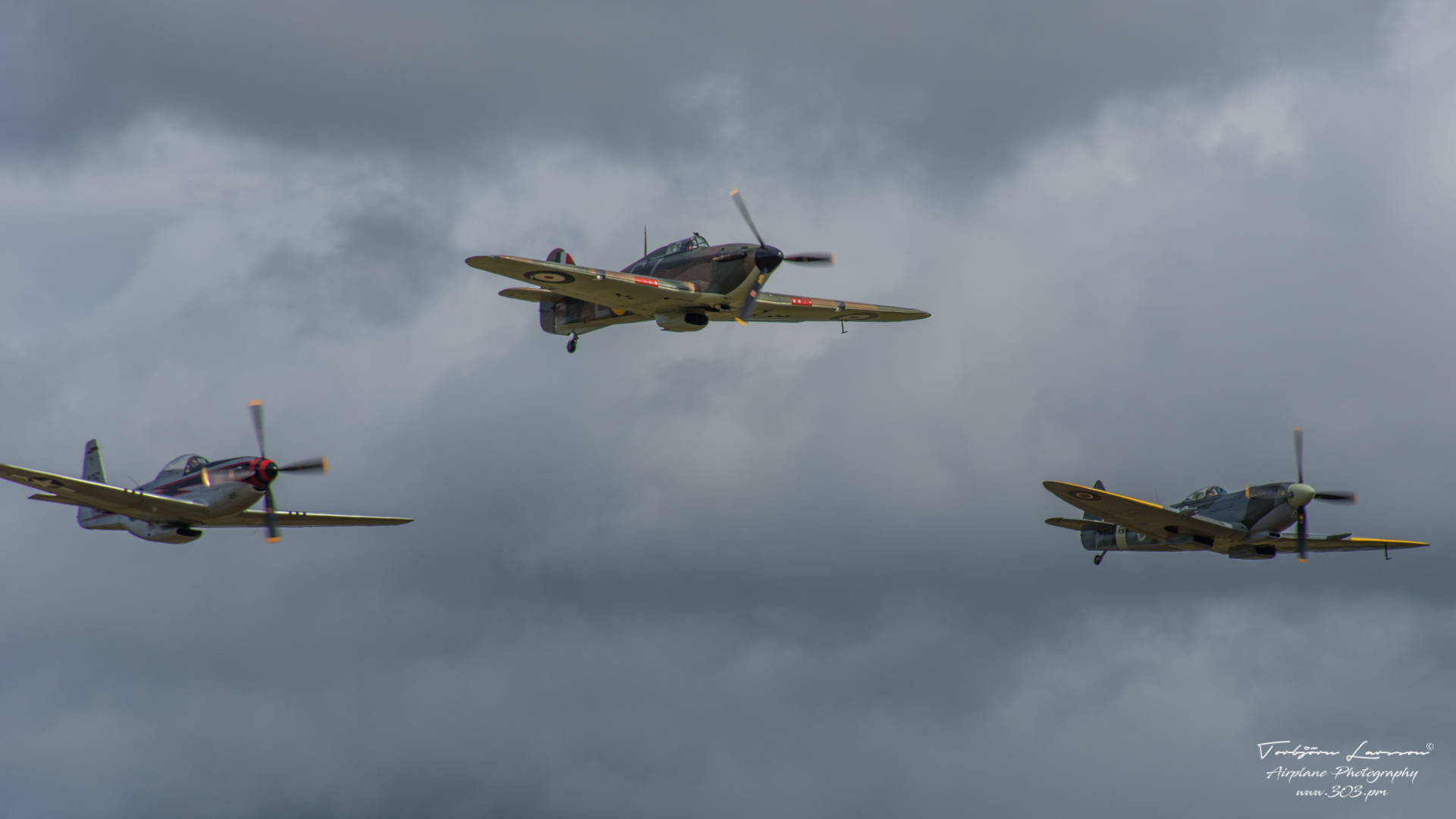 ACE_5331-Classic Warbirds (Vickers Supermarine Spitfire Mk. IX & XVI - North Amercian P-51D Mustang & Hawker Hurricane Mk1)