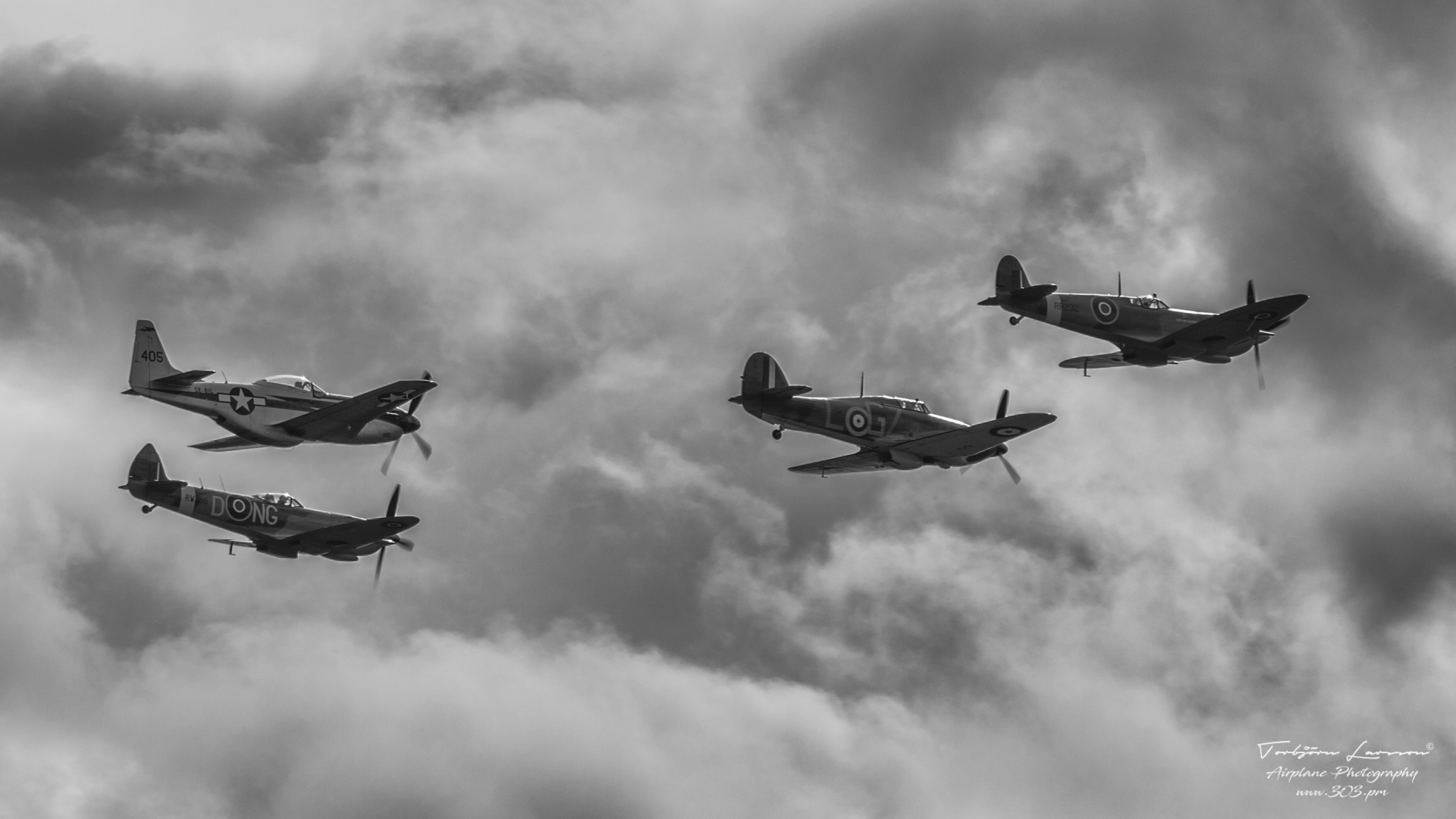 TBE_9502-Classic Warbirds (Vickers Supermarine Spitfire Mk. IX & XVI - North Amercian P-51D Mustang & Hawker Hurricane Mk1)